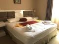 Ein großes Doppelbett