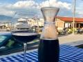 Ein Glas Rotwein am Hafen von Slatine