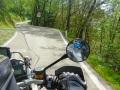 Die schmale Passstraße windet sich um den Berg